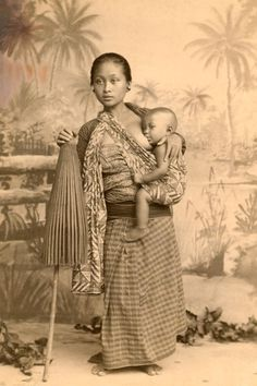 The Woman Who Shaped National Geographic Pioneering journalist Eliza Scidmore (NatGeo Magazine) – Indonesian woman breastfeeding Breastfeeding Art, Indonesian Women, Indonesian Art, National Geographic, Vintage Photographs, Vintage Images, Mother Pictures, Photo Vintage, World Cultures