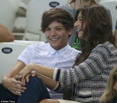 Why do Larry Shippers hate on El. She never did anything. She just went to a concert of the boys got to see Louis and fell in love. Just how everyone of us imagines what would happen if we went to one and met them. just sayin.
