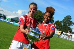 Oda Johnsen (til venstre) og Anya de Coursy viser fram bronsepokalen.