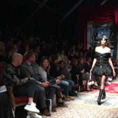 Pin for Later: Moschino stellt die vielleicht verrückteste Modenschau auf die Beine Die Kleider waren aufwendig verarbeitet