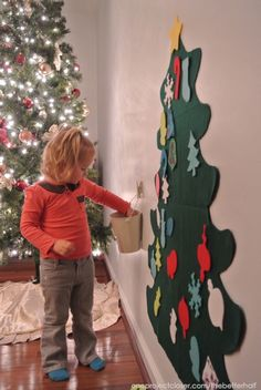 Let your toddlers Decorate a felt Christmas tree!