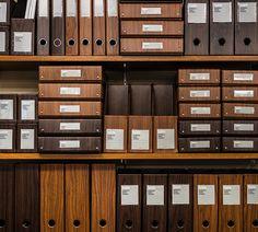 DELFONICSの人気ファイルボックス「büro」から、木目調の新作WOOD SERIESが発売。収納と整理を楽しむというコンセプトのもと、デスク周りを中心としたオフィスシーンに特化したシリーズ。ウォールナット材をモチーフにした、リアリティのある美しい木目が魅力だ。