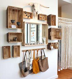 Dispuestas en la pared, estas cajas de madera pueden convertirse en prácticos módulos para poner en orden la casa de forma muy decorativa.