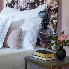 Marmor FR1171. En lys glamorøs rosa farge#Hotellfølelsen#RosaSoverom#Blomstretesengegavel#Nostalgisk#Fargerike Nightstand, Bed Pillows, Pillow Cases, Ikea, Table, Furniture, Pink, Inspiration, Home Decor
