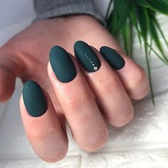 Oval nails are one of the most classical nail shapes. Oval nails are quite popular in today's fashion world. Various color combinations play an important role in elliptical nail design, making them look more colorful. In recent years, matte nail art Nail Art Vert, Matte Nail Art, Oval Acrylic Nails, Shellac Nails, Manicure, Nail Polish, Hair And Nails, My Nails, Gold Nails
