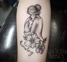baby tattoos for moms 684547212096182824 - Mother holding baby tattoo. Mom and daughter tattoos. tattoo mom drawing – Source by cassandragarnier Mutterschaft Tattoos, Mama Tattoos, Name Tattoos For Moms, Baby Name Tattoos, Tattoos For Kids, Cute Tattoos, Tattoos For Women, Print Tattoos, Family Tattoos