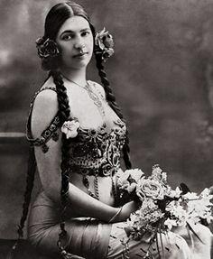 mulheres da história-Mata Hari Margaretha Geertruida Zelle (1876-1917), a célebre dançarina serviu-se de sua capacidade de sedução para trabalhar como espiã dos franceses para o Governo alemão. Pelo tribunal francês  foi julgada por um conselho de guerra, condenada à morte e, dois meses e meio mais tarde, em 15 de outubro, fuzilada na cidade de Vincennes, na França por alta traição. #EspecialMulher   Fashionatto
