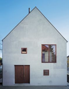 Semi-detached house in MunichSemi-detached house in Munich, Andreas Meck, Brigitte Püls, Stephan Köppel The Roof House Save Continues in Berlin Danish Sigurd Larsen is a young arc. Semi Detached, Detached House, Architecture Résidentielle, House Roof, Exterior Design, Modern Farmhouse, Building A House, New Homes, Construction
