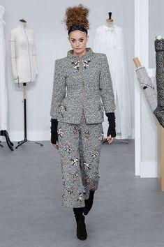 Colore grigio, tendenza Inverno 2017 - Chanel vestito grigio con applicazioni