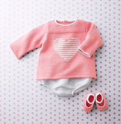 On adore ce petit modèle de brassière pour bébé tricoté en Fil DETENTE, coloris Oeillet et Blanc. Un modèle tricot rempli d'amour avec son petit motif coeur et ses couleurs douces.