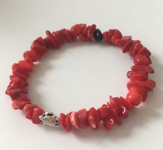 A coral bracelet with a silver-plated bead turtle and a black onyx bead #etsyshop #beadedbracelet #stretchbracelet #coralbracelet #onyxbracelet #turtlebracelet #tinyturtle #silverplatedturtle Coral Bracelet, Beaded Bracelets, Ladybug Crafts, Tiny Turtle, Red Coral, Car Accessories, Stretch Bracelets, Black Onyx, Beads