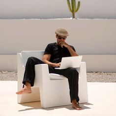 Vondom Jut outdoor lounge chair is made from weather proof impact-resistant polyethylene material, available in matte or glossy finishes and multiple colors. Outdoor Lounge, Indoor Farming, Design Moderne, Extreme Weather, Chairs For Sale, Occasional Chairs, Quality Time, Sun Lounger, Armchair