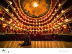 El interior del Teatro Degollado, Guadalajara Jalisco Mexico, fotógrafo, Iban Guerrero Esparza, modelo, Alejandría Hernandez, celebrando el 473 aniversario fe la ciudad de Guadalajara.