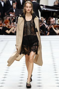 Burberry Prorsum - Spring Summer 2016 Ready-To-Wear - Shows - Vogue. All About Fashion, Passion For Fashion, Love Fashion, Runway Fashion, Fashion Models, High Fashion, Fashion Show, Fashion Design, Fashion Trends