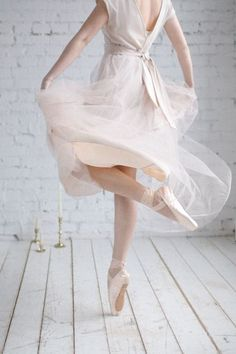 Ballerinas are a symbol of ethereal beauty, so pure, feminine and perfect that they just take our breath away! Many brides today choose ballet . Shall We Dance, Just Dance, Dance Photos, Dance Pictures, Ballet Images, Bild Tattoos, Ethereal Beauty, Ballet Photography, Tiny Dancer