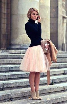 свитер черный и пышная розовая юбка. Интересное сочетание
