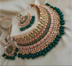 Great Pictures asian Bridal Jewellery Suggestions By happens to be and also earrings to jewelry plus necklaces, here is a couple of guidelines to help Antique Jewellery Designs, Fancy Jewellery, Stylish Jewelry, Jewelry Design, Diamond Jewellery, Jewellery Shops, Handmade Jewellery, Bridal Jewellery Inspiration, Indian Bridal Jewelry Sets