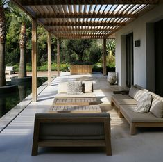 Opt for comfortable outdoor furniture, which is easy to clean, weather-resistant and can stay outside all year round. Deck With Pergola, Cheap Pergola, Wooden Pergola, Covered Pergola, Pergola Plans, Covered Patios, Pergola Cover, Landscape Curbing, Driveway Design