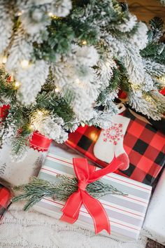 Life and style blogger Lauren McBride shares her Simple Gift Wrapping Tips that will make your holiday gifts stand out among the rest this season. #ad #ContainYourself