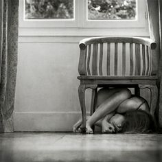 Beautiful colorful pictures and Gifs: Sad photos-Triste All About Anna, Orange Accent Chair, How To Disappear, Beautiful Mess, Hot Mess, Cool Chairs, Colorful Pictures, Illustrations Posters, Photo Art