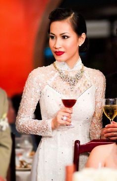 How To Look Your Best On Your Wedding Day. On your big day, all eyes will be on you so you definitely want to look your best. If you can do your own makeup flawlessly then this would not be a proble Vietnamese Wedding Dress, Thai Wedding Dress, Vietnamese Dress, Vietnamese Clothing, Ao Dai Wedding, Wedding Gowns, Lace Ao Dai, Traditional Vietnamese Wedding, Traditional Dresses