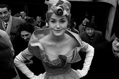 "Das Foto ""Monique Dutto at Métro exit"" hat Frank Horvat 1959 in Paris aufgenommen"
