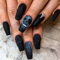Black Nails With Skeleton Art Looking for some easy Halloween nail designs ideas? Here youll find the best nail art for both gel and acrylic nails from scary blood-red coffin claws with the black skull design to cute purple witch mani. Halloween Acrylic Nails, Halloween Nail Designs, Rose Nail Art, Rose Nails, Sassy Nails, Fun Nails, Trendy Nails, Acrylic Nail Designs, Nail Art Designs