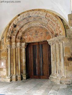 Magnífica puerta principal de Santa María de Valdediós