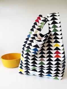 Fabric bag with grocery plastic bag's pattern. Bag Patterns To Sew, Tote Pattern, Sewing Patterns, Diy Bags Purses, Diy Purse, Sewing Tutorials, Sewing Crafts, Sewing Projects, Textiles
