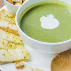 Soupe aux épinards et Boursin® – Ingrédients de la recette : 500 g d'épinards , 1 grand pot de boursin, 2 gousses d'ail , 1 l de bouillon de volaille, 2 pommes de terre