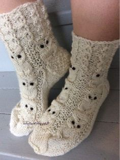 Pöllösukat           Lanka: 7-veljestä tms.   Puikot nro. 3     Luo 50 silmukkaa (alkuun tuleva valepalmikko on 5 jaollinen)     1 krs. *3... Crochet Socks, Knitting Socks, Diy Crochet, Hand Knitting, Owl Patterns, Knitting Patterns, Crochet Patterns, Diy Stockings, Knit Wrap
