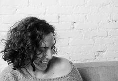 """Uma blogueira negra uma plus size uma feminista engajada. Digital influencers de diferentes clusters falam do empoderamento feminino por meio das redes sociais do enfrentamento aos hatters e afins. A palestra """"Feminismo na Rede"""" abre a sexta-feira de debates do evento """"Elas por Elas"""" no @villagemall Rio de Janeiro com as convidadas Flávia Durante (jornalista) Jout Jout (youtuber na foto) Nana Queiroz (escritora) e Stephanie Ribeiro (arquiteta) com Alline Cury da Glamour como mediadora…"""