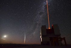 Estrella fugaz sobre el VLT en Chile