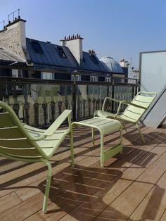 Vue de la terrasse du New Hotel Roblin à Paris Style Parisienne, Outdoor Furniture, Outdoor Decor, Location, Sun Lounger, Home Decor, Terrace, Chaise Longue, Homemade Home Decor