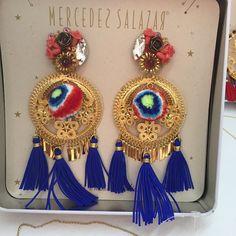 Aretes de filigrana, pompones y cristales bordados #mercedessalazar