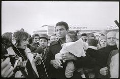 Hans Krebs: Ankunft von Muhammad Ali in Kloten, 16.12.1971 (ETH-Bibliothek, Bildarchiv, Com_L20-0040-2608)