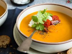 A delicious and healthy soup of sweet potatoes and spices. Sophisticated but simple, with a surprise ingredient: peanut butter. Potato Soup Vegetarian, Spicy Sweet Potato Soup, Healthy Soup, Soup Recipes, Cooking Recipes, Gluten Free Menu, Healthy Eating Habits, Mets, Soup And Salad