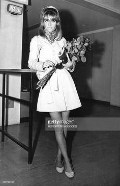 L'actrice Julie Christie a retiré ses lunettes noires pour la photo, circa 1960, en France . Julie Christie, Susannah York, Katharine Ross, Swinging London, Audrey Hepburn, Classic Hollywood, Mini Skirts, Style Inspiration, Collars