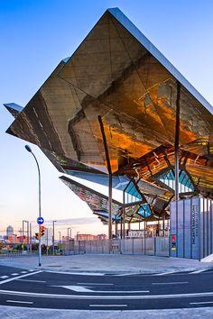 Un otro ejemplo del uso de espejos en la arquitectura. Esto es una foto del edificio del mercado por la manaña.