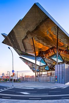 david cardelus captures twisted roof of barcelona flea market