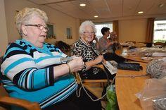 Twee Rotterdamse studenten bedachten een plan om oudere dames uit hun isolement te halen. Deze 'grannies' breien samen hippe kledingstukken. www.grannysfinest.com