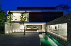 Casa moderna de piedra, madera y agua como elementos constructivos | Construye Hogar