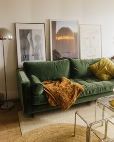 The good news: every renovation will come to an end. The bad news: until then, there'll be quite a few challenges to navigate. Luckily, Melanie Kieback – who tu Home Living Room, Apartment Living, Living Room Decor, Green Living Room Ideas, Green Apartment, Room Interior, Home Interior Design, Green Furniture, Green Couch Decor