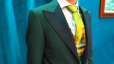 Traje confeccionado en tejido Scabal 100% lana fria, verde oscuro con solapa de pico a contraste en negro, chaleco de cuadros en tonos amarillo, verde y negro. Corbata verde tornasolada. #sastrería #moda #granada #spain #amedida #traje #smoking #hombre #tendencia #original #calidad #bespoke #men #inspiration #menswear  #caballero #suit #jacket #green #verde www.lacolonial.eu