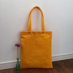 帆布8号スクエアバッグ やまぶき色  まちなしA4サイズが入ります。 B反帆布で硬めの8号です。  30✖️34 持ち手53 内ポケット1つ マグホック付き  #帆布 #バッグ #スクエアトート #トートバック #トート #かばん #帆布かばん #やまぶき #山吹色 #B反 #bag #tote #totebag #canvas  #handmade #sewing #sewingmachine #squarebag #square