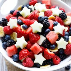Plus we've got 4 more Easy Showstopper Fruit Salads, all decked out in Red, White and Blue: a layered fruit salad, flag fruit salad, even fruit centerpieces! Sure to be a smash hit at all your summer parties - from Memorial Day and Blue Desserts, 4th Of July Desserts, Fourth Of July Food, July 4th, 4th Of July Food Sides, Best Salad Recipes, Fruit Salad Recipes, Fruit Salads, Healthy Recipes