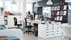 """Ein Büro eingerichtet mit GALANT Schreibtischen weiß/silberfarben, VILGOT Drehstühlen in Schwarz, FORSÅ Arbeitsleuchten in Schwarz, ALEX Schubladenelementen in Weiß, GALANT Schiebetürenschränken in Weiß, FOTO Hängeleuchten aus Aluminium und KLIPPAN 2er-Sofa mit Bezug """"Skinnarp"""" in Weiß"""