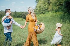 Fall inspired family photos .. @onawhimphotography @candicemichelledesigns