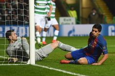 Barcelona's Uruguayan striker Luis Suarez (R) reacts after his header was saved by Celtic's Scottish goalkeeper Craig Gordon (L) during the UEFA Champions League group C football match between Celtic and Barcelona at Celtic Park in Glasgow on November 23, 2016. / AFP / Paul ELLIS