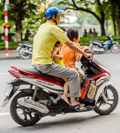 2 kids in front of the bike !? #motorbike #vietnam #onlyinvietnam #kids #saigon #drivevietnam #airport #transfer